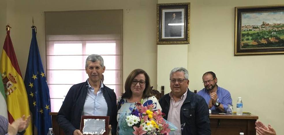 El Pleno homenajea al trabajador municipal Alejandro Nogues por su jubilación