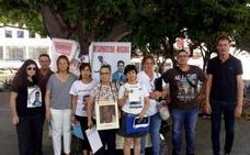 Familiares de Manuela Chavero participan en una recogida de firmas para visibilizar las desapariciones