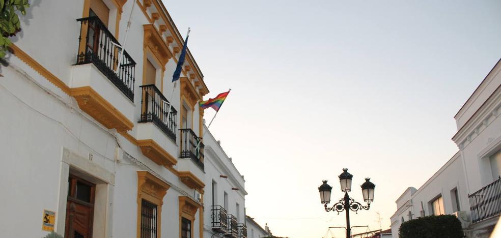 Monesterio luce «con orgullo» la bandera LGTBI