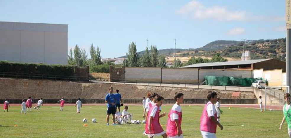 El jugador Edu Moya crea en Monesterio una escuela de fútbol para niños de la zona