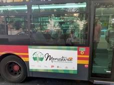 Monesterio pasea su potencial gastronómico con publicidad en los autobuses de Sevilla