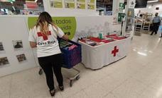 Los voluntarios de Cruz Roja recogen hoy material escolar en Zafra