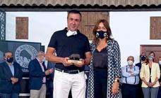 El vecino Francisco Hernández vuelve a hacerse en Zafra con el premio a la mejor ganadería ibérica