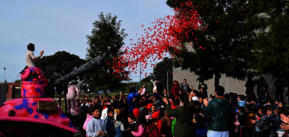 Cerca de 1.000 personas disfrutan del 'tanque de la paz' en Talayuela