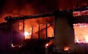 Un incendio calcina de madrugada una vivienda en Valverde de la Vera