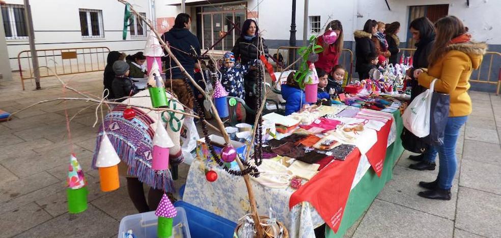 La plaza de España acoge un mercadillo intergeneracional