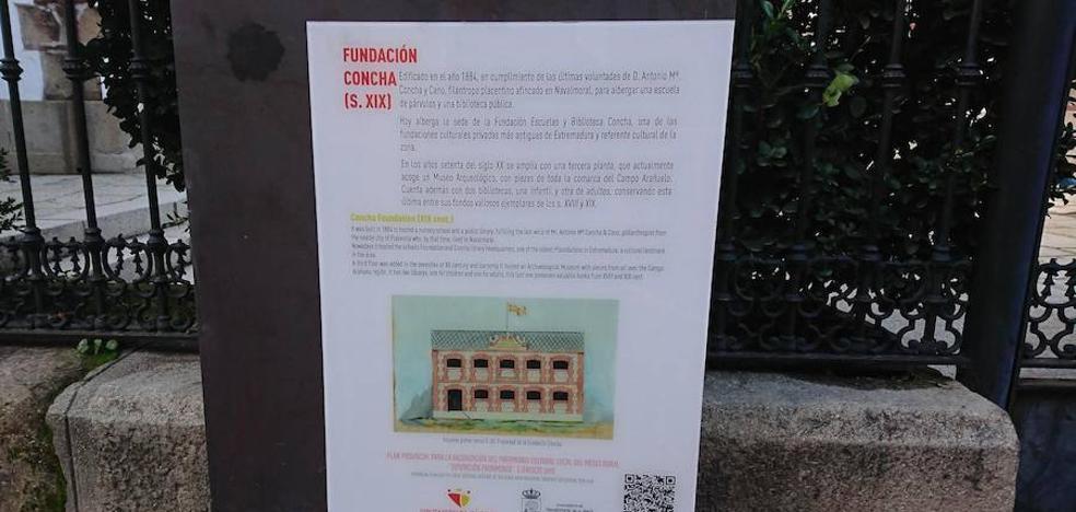 Se instalan paneles informativos, escritos en castellano y en inglés, en los edificios más emblemáticos