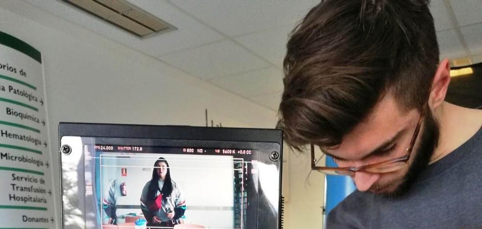 La joven directora Lucía Aguirre rueda su primer cortometraje en el hospital Campo Arañuelo