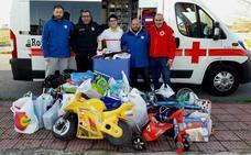 La E. F. Campo Arañuelo entrega a Cruz Roja los juguetes que recibió en el Torneo de Fútbol-8 Solidario