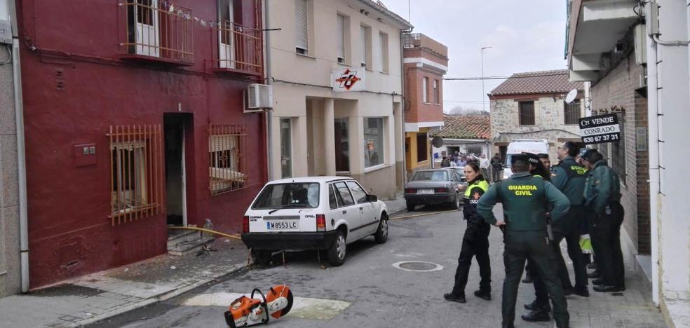 Un vecino de Talayuela se encierra e intenta quemar su domicilio