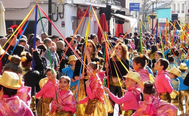 El desfile estudiantil puso color y música al inicio del Carnaval