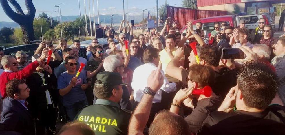 Trabajadores de la central nuclear reciben a Fernández Vara con abucheos en Talayuela