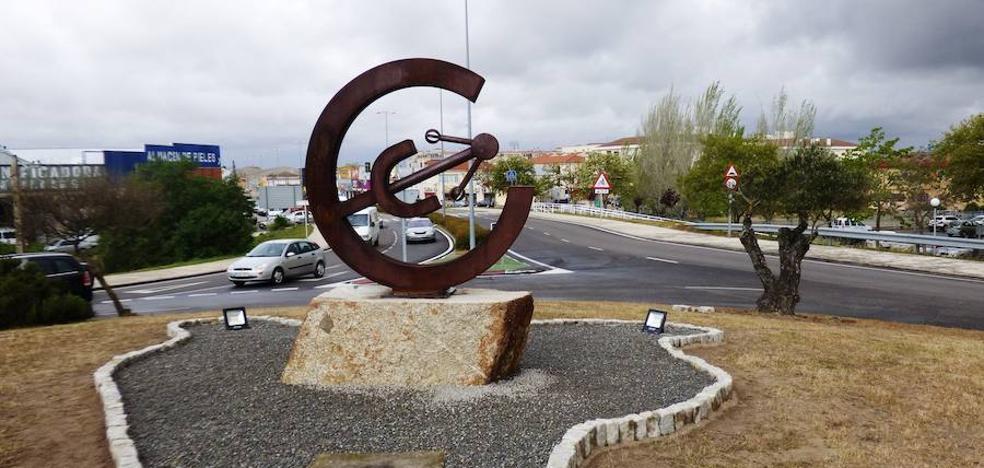 Los ingenieros técnicos industriales de Cáceres donan una escultura a Navalmoral