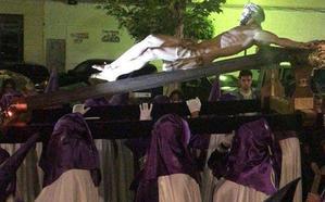 Numerosos fieles acompañan a la imagen del Cristo Crucificado