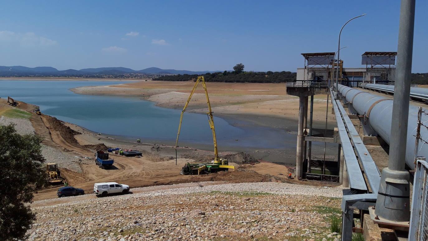 El agua del pantano de Valdecañas regresa a los regadíos de Peraleda de la Mata