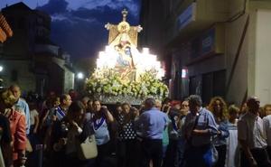 La virgen de las Angustias regresa a la ermita para despedir las fiestas