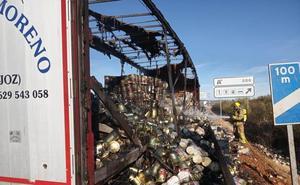 La autovía se abrió a primera hora del lunes tras incendiarse un camión con latas de tomate