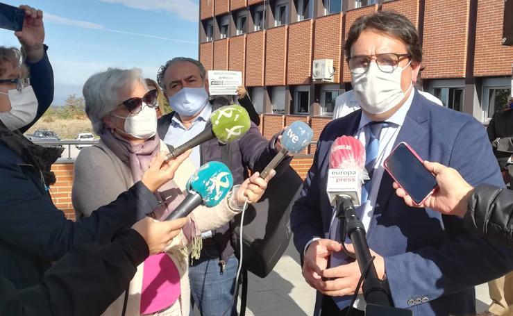 Médicos en huelga reciben al consejero de Sanidad en el hospital Campo Arañuelo