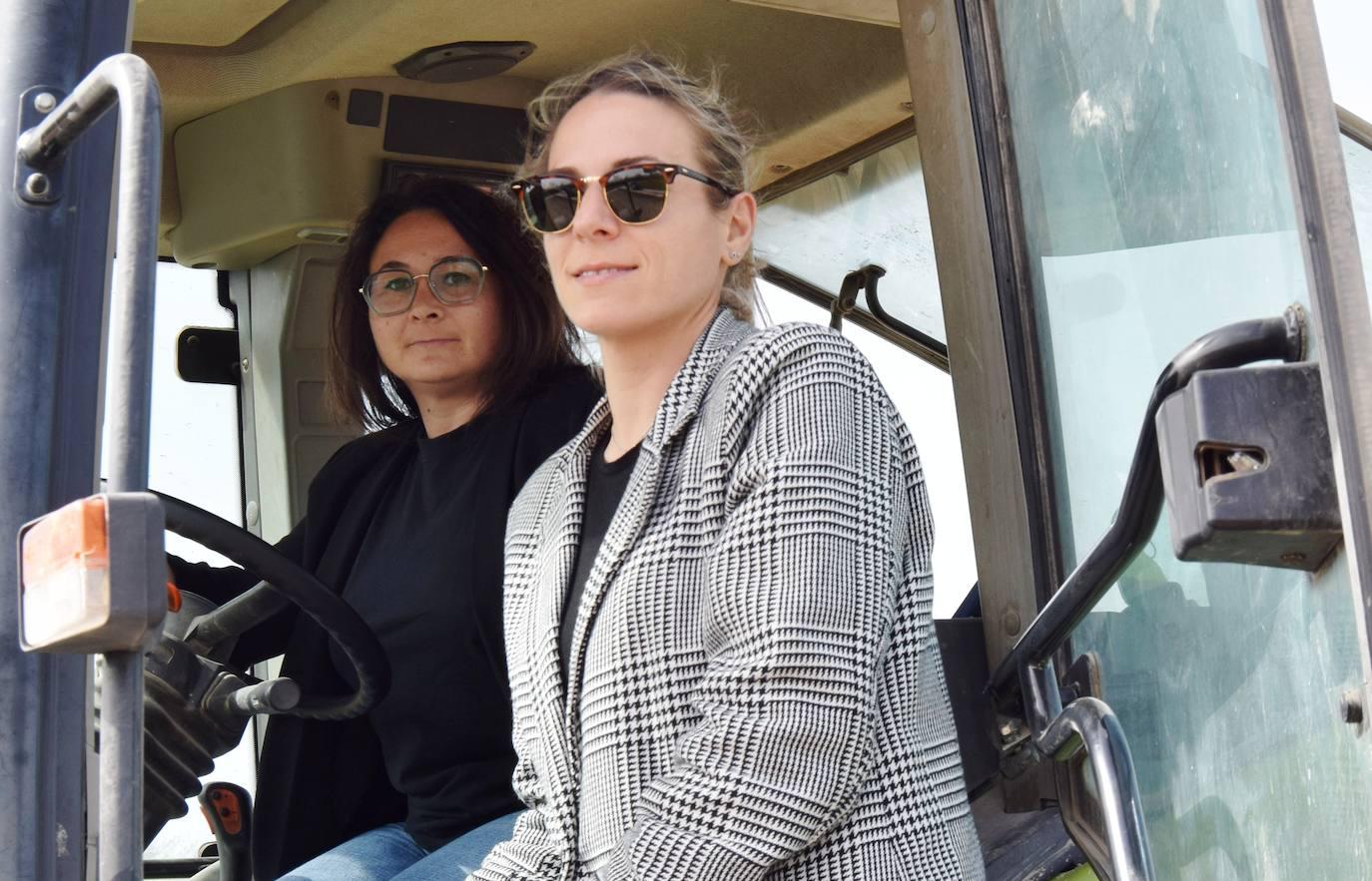 «Para nosotras es un gran orgullo ser la tercera generación de agricultoras de la familia», dicen Laura y María Castañar
