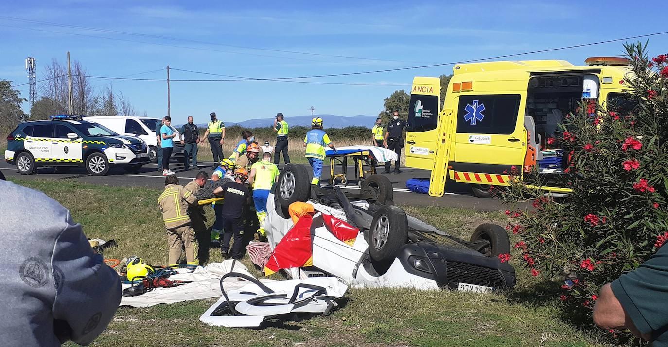 Dos heridos al volcar un vehículo en los accesos al supermercado Eurospar