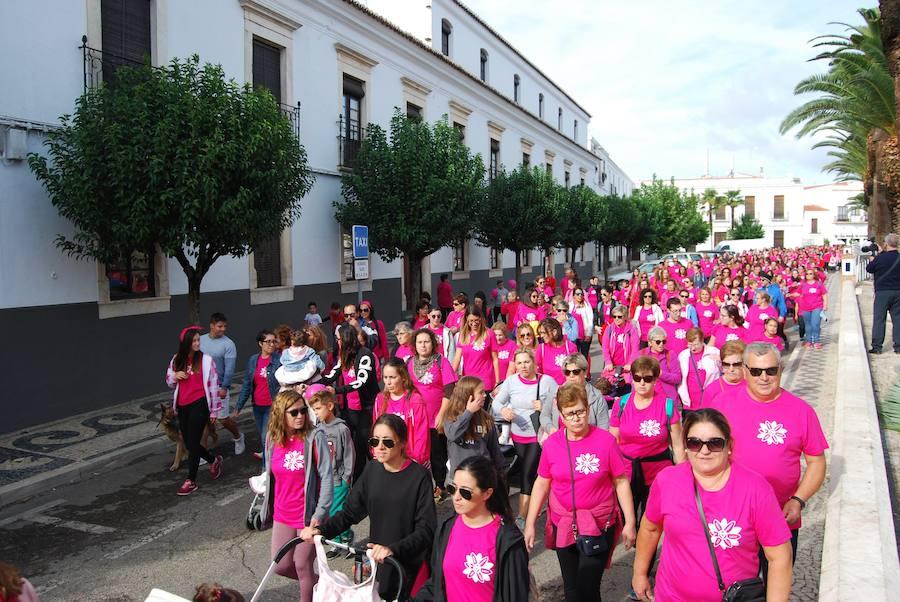 Centenares de personas participaron en la V Marcha contra el Cáncer de Mama en Olivenza