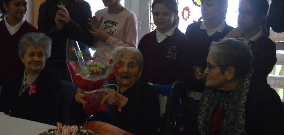 Vicenta Márquez cumple 102 años en la residencia Caser rodeada de niños