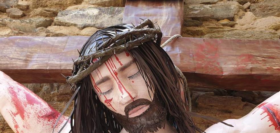 El Museo Papercraft de Olivenza añade a su exposición un Cristo Crucificado