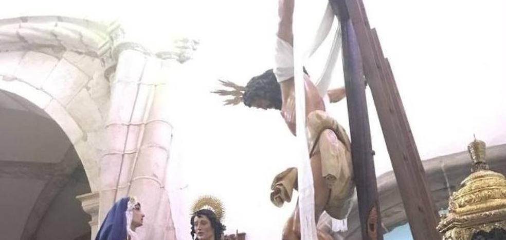 La inestabilidad del tiempo desluce la procesión del Descendimiento el Jueves Santo