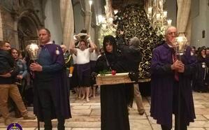 Un Viernes Santo pasado por agua impide salir a las cofradías en el Santo Entierro en Olivenza