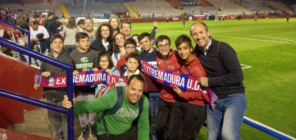 La Escuela de Fútbol de la GMD asiste a un encuentro de segunda división del Extremadura UD