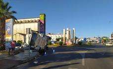 Un camión cargado de vigas de hormigón vuelca en la rotonda de 'Cuatro Caminos' de Olivenza