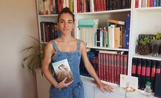 La oliventina Ana Carballo publica su primera novela 'Bruma liviana presente. Bajo la piel'