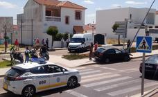 Un conductor colisiona contra una farola a la salida de la rotonda del Juzgado de Olivenza