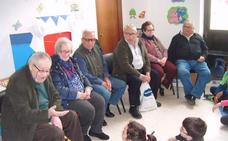 El Centro de Día «cuenta vivencias» a los escolares del CEIP «Calzada Romana»