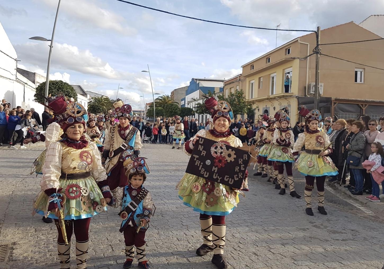 El desfile del lunes de carnaval ofreción un verdadero espectáculo de disfraces y coreografías