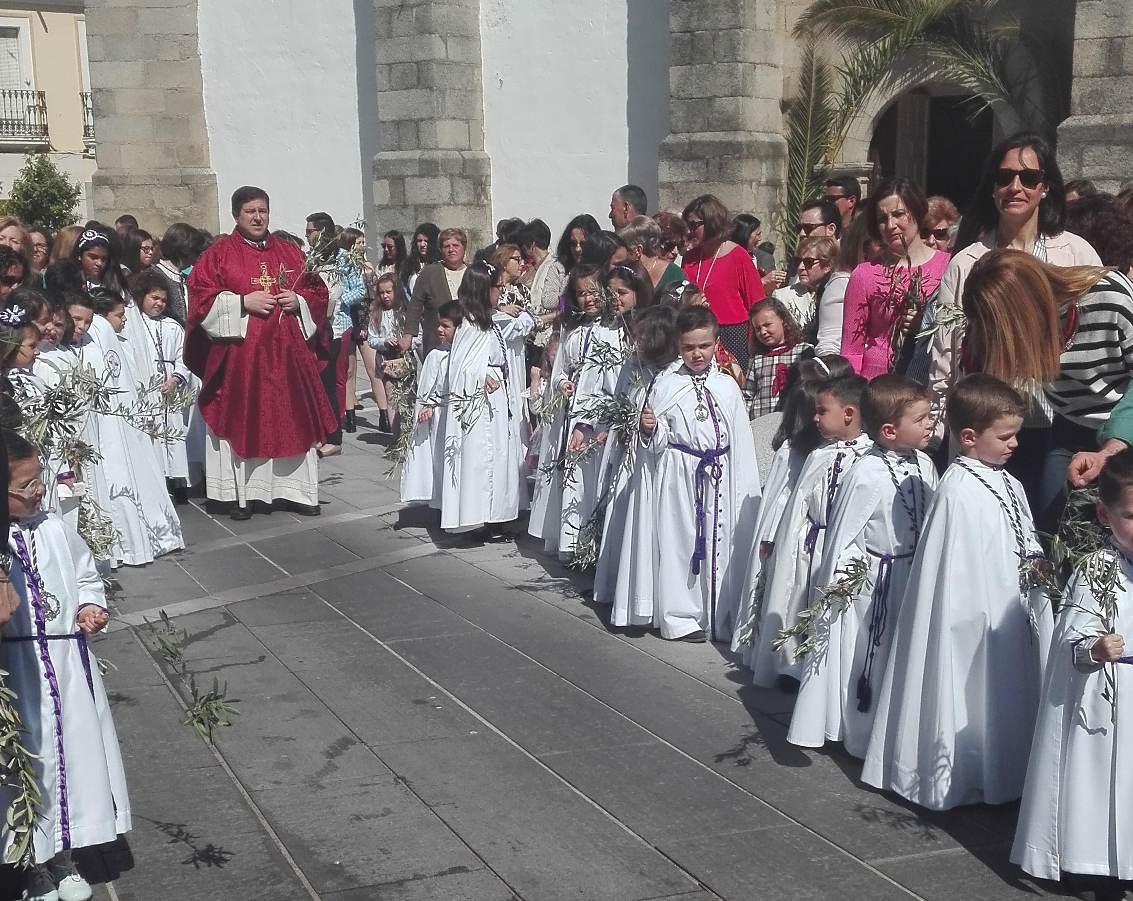 Los niños inician la Semana Santa de Quintana protagonizando la procesión del Domingo de Ramos