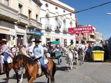 Una treintena de carretas y caballos protagonizan la romería de San Isidro