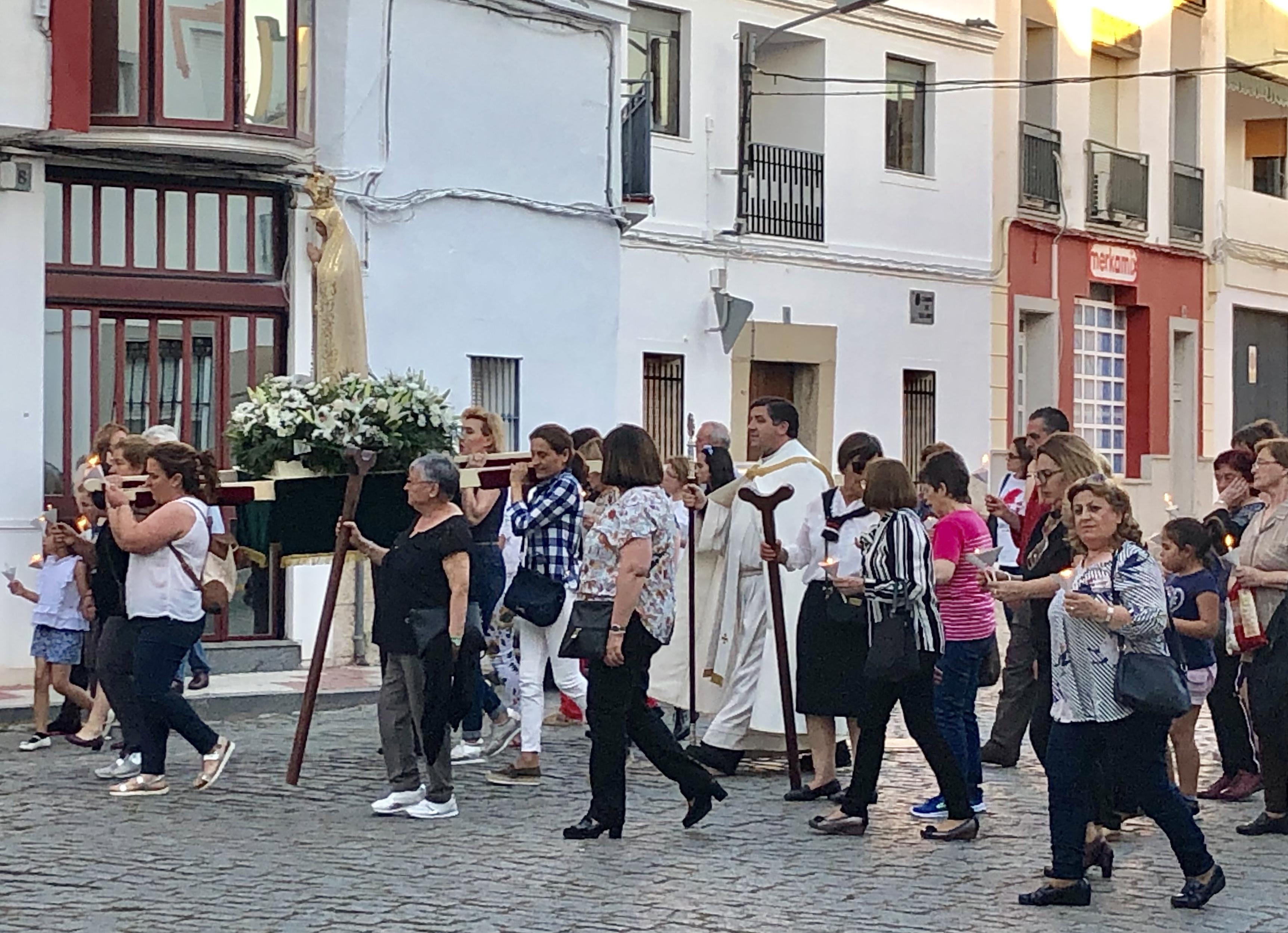 Un centenar de fieles acompañaron a la Virgen de Fátima en procesión