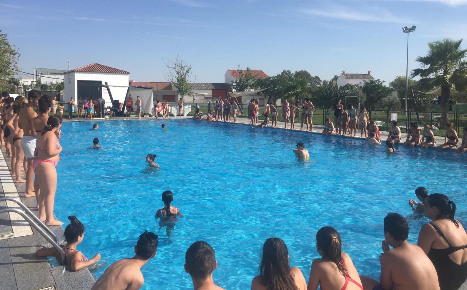 La piscina municipal celebra el primer bingo acuático con medio centenar de bañistas