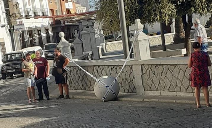 Una bola de granito de la Plaza de España se desprende y llega hasta el parque