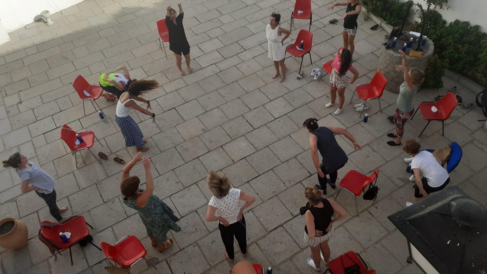 Quince mujeres trabajan la expresión corporal en el taller 'Danza en movimiento'