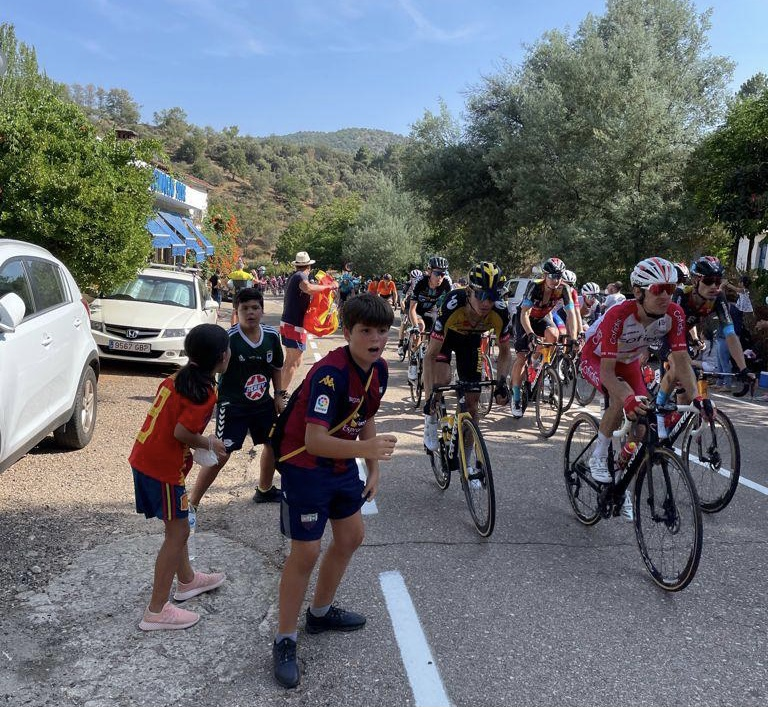 Decenas de quintanenses vieron pasar la Vuelta Ciclista por la región