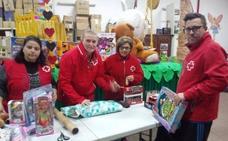 Cruz Roja Almendralejo reparte tres juguetes a cada uno de los 143 niños de familias desfavorecidas