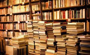 La familia Colino Macías dona más de 300 libros a la biblioteca de Montijo