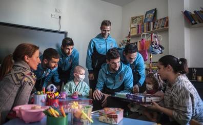 La plantilla del Badajoz visita a los niños del Materno Infantil