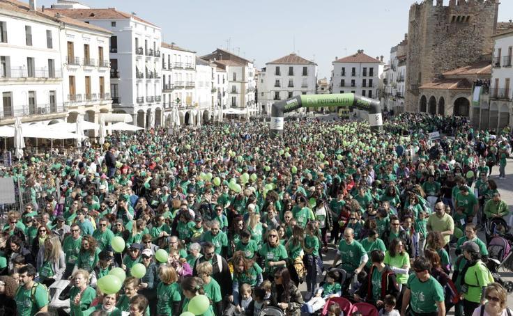 La marcha contra el cáncer tiñe de verde las calles de Cáceres