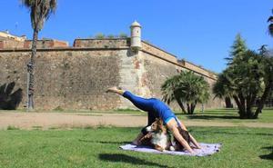 Primer taller solidario de yoga con perros