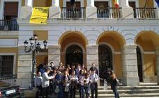 Integrantes de Aexpainba asisten en Badajoz a la lectura de la declaración institucional sobre el derecho al voto de las personas con discapacidad