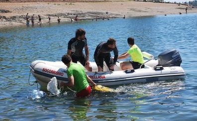 Limpieza de fondos solidaria en la playa de Orellana La Vieja