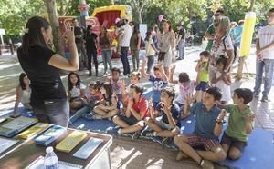 Los niños del campus urbano de Los Santos de Maimona aprenden la lengua de signos